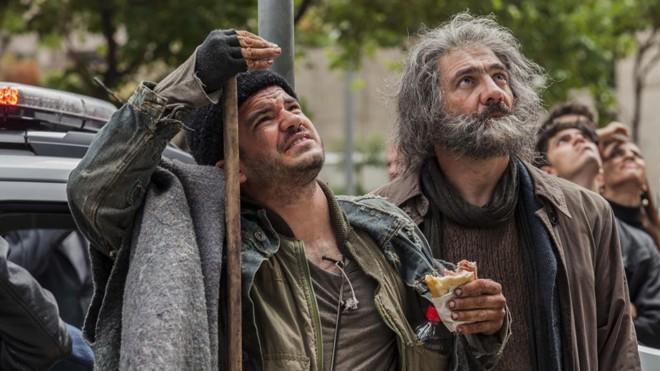 César Trancoso (à direita) interpreta o personagem Mestre, que conquista seguidores graças aos discursos motivacionais.   Divulgação/