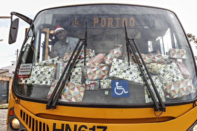 Presentes doados pelos passageiros da linha Portão no amigo secreto organizado pelo motorista Joel Pereira dos Santos. | Jonathan Campos/Gazeta do Povo