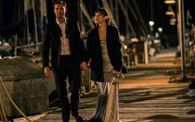 Jamie Dornan e Dakota Johnson em momento 'amorzinho' da sequência. | Divulgação/