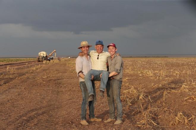Os produtores de Nova Santa Rosa, em Uruçuí (PI), Wilson Marcolin (filho) e Eduardo Marcolin (neto) seguram o avô, Ari Marcolin. A família, que mora no Piauí há 18 anos, espera uma safra cheia. | Albari Rosa/Gazeta do Povo