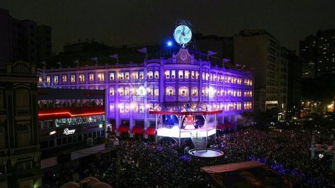 Show com coral e luzes atraiu público recorde neste domingo.   Daniel Castellano/Gazeta do Povo