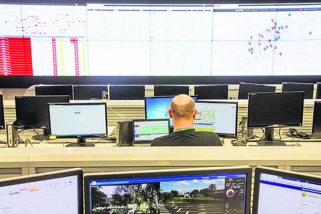 Agente Penitenciário acompanha o passo a passo dos usuários de tornozeleira eletrônica no Centro Integrado de Comando de Controle (CICC). | Hugo Harada/Gazeta do Povo
