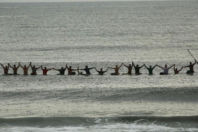Na manhã deste sábado (31), surfistas agradeceram o ano de 2016 e desejaram boas vibrações para o novo ano, com direito até a roda havaiana em Matinhos. | Lineu Filho/Gazeta do Povo