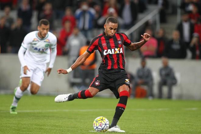 Hernani foi o vice-artilheiro do Atlético no Brasileirão, com seis gols. | Daniel Castellano/Gazeta do Povo