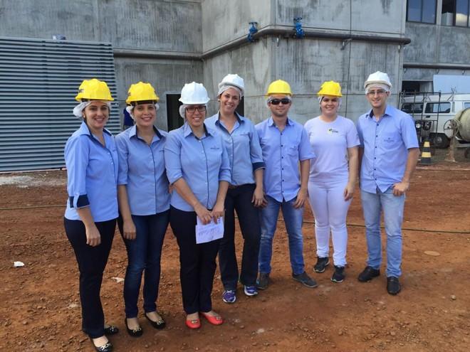 Colaboradores em frente a nova sede que está em construção | Divulgação