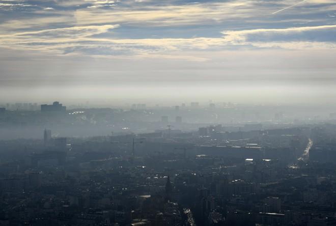 Paris sofre há mais de uma semana por uma nuvem de partículas finas no ar que superam o nível de alerta (80 microgramas/m3). | BERTRAND GUAY/AFP
