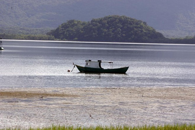 Primeiro boletim de balneabilidade do IAP apontou a Praia da Ponta da Pita, em Antonina, como imprópria para ban ho | Hedeson Alves/Arquivo / Gazeta do Povo