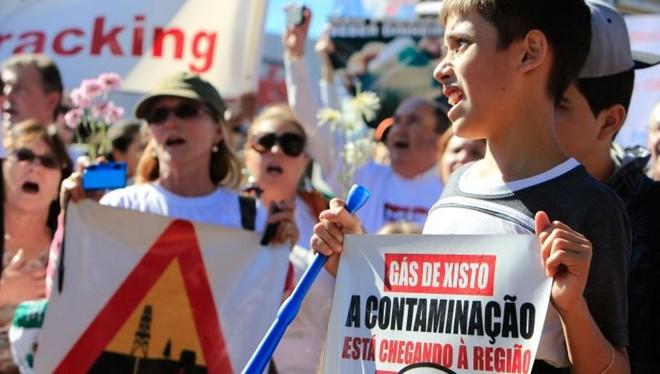 Moradores de Toledo durante manifestação  contra o fracking em junho de 2014: preocupação com danos ambientais.   /