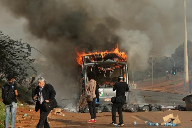 Ônibus foi incendiado em meio aos protestos | DIDA SAMPAIO/ESTADÃO CONTEÚDO