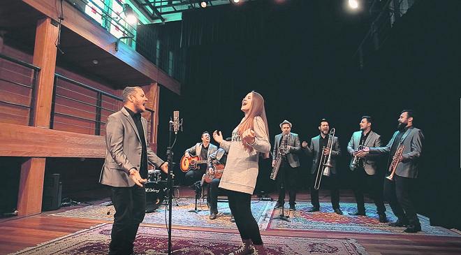 Os intérpretes são Franco Calgaro (Big Time Orchestra) e a cantora Carol Passos na gravação do primeiro episódio | Divulgação/FCC