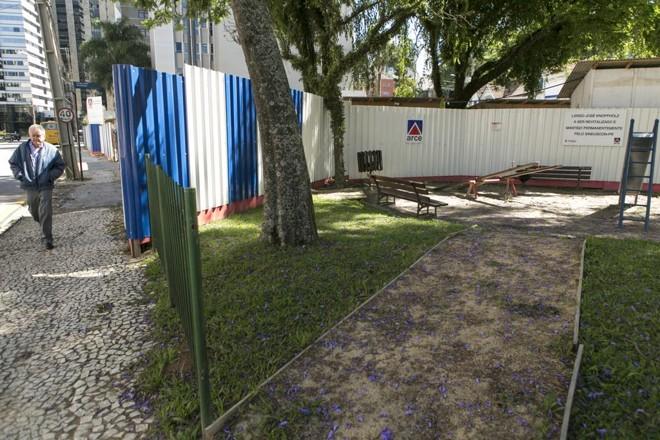 Largo José Knopfholz, no Centro Cívico, será mantido pelo Sinduscon-PR, que está ampliando a sua sede logo ao lado do espaço. | Marcelo Andrade/Gazeta do Povo