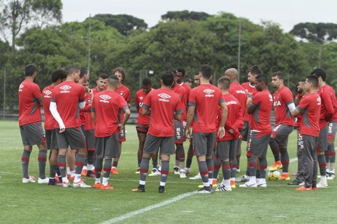 Elenco do Atlético reunido antes de treino no CT do Caju, na preparação para o último jogo do ano. | Rodrigo Felix Leal/Gazeta do Povo