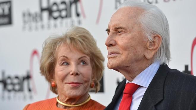 Kirk Douglas ao lado da mulher Anne: 63 anos de união | Alberto E. Rodriguez/AFP