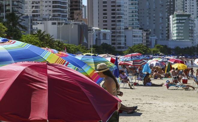 Veranistas disputam espaço na praia em Balneário Camboriú. | Daniel Castellano/GAZETA