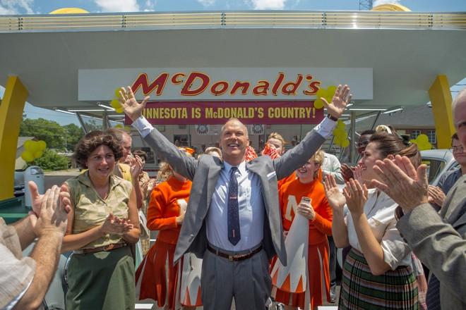 Michael Keaton no papel de Ray Kroc, o homem que transformou o McDonald's em uma marca global.   The Weinstein Company/Divulgação