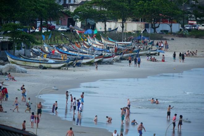 Barcos de pesca tomam conta da praia de Matinhos | Lineu Filho/Tribuna do Paraná