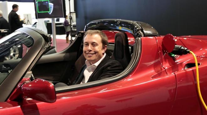Elon Musk, CEO da Tesla, no veículo elétrico Tesla Roadster | rc/ES/REBECCA COOK