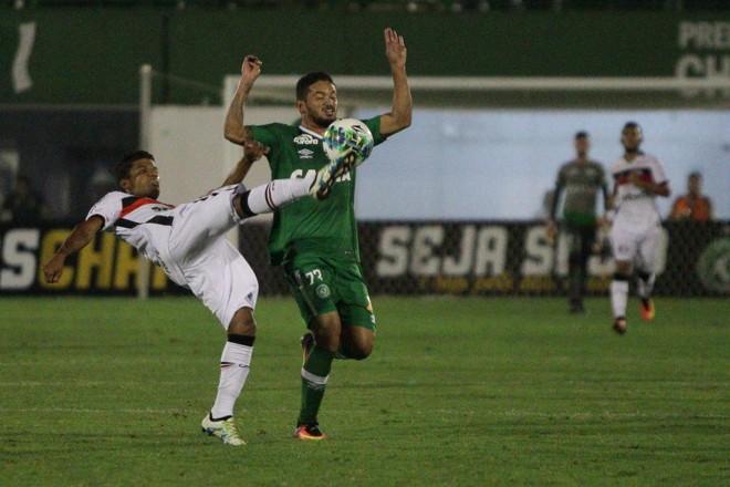 Oatacante Arthur, ex-Coritiba e Paraná, tenta o lance contra o Joinville. | Guilherme Hahn/Estadão Conteúdo