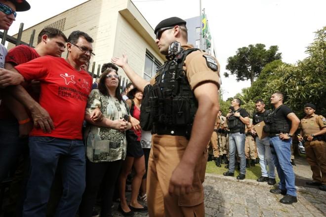Momento de tensão entre policial e professores na ocupação da Secretária de Educação, nesta quinta-feira (26)   Hugo Harada/Gazeta do Povo