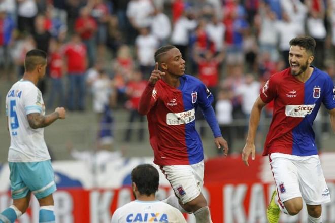 Ítalo comemora o segundo gol do Paraná contra o Avaí. | Antônio More/Gazeta do Povo