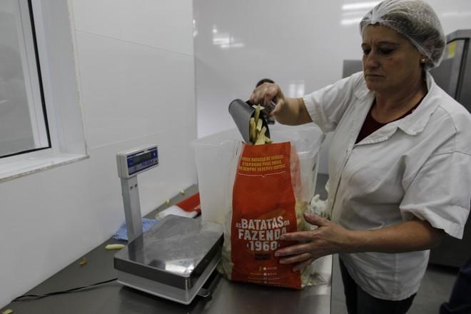 No final, elas são embaladas. A fazenda trabalha com duas variedades: batatas palito e batatas rústicas.   Jonathan Campos/Gazeta do Povo