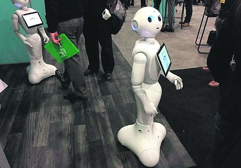Pepper, da Softbank Robotics,  analisa as expressões faciais do cliente e consegue responder a determinadas perguntas | Sarah Halzack/The Washington Post
