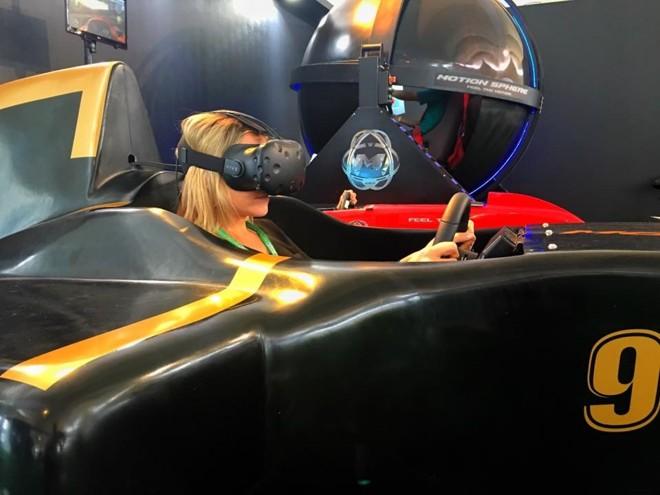 Um dos cokpits que simulam a experiência de dirigir um Fórmula 1. | Divulgação