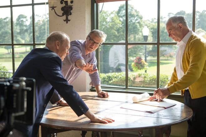 Odiretor John Lee Hancock, ao centro, com os atores Michael Keaton e Mike Pniewski   Daniel McFadden/The Weinstein Company