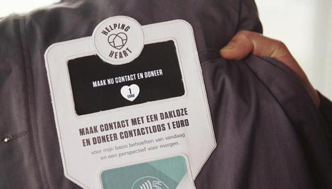 Empresa de Amsterdã criou uma jaqueta para moradores de rua que funciona como uma conta bancária. Basta aproximar  cartão ou celular da jaqueta para doar um euro. | Divulgação/N=5