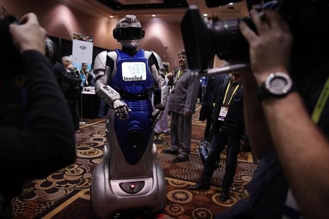 Robô  interage com jornalistas durante um dos dias abertos somente à imprensa do salão CES | ALEX WONG/AFP