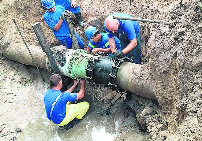 Equipe da Sanepar trabalha no conserto de tubulação no litoral | Sanepar/Divulgação