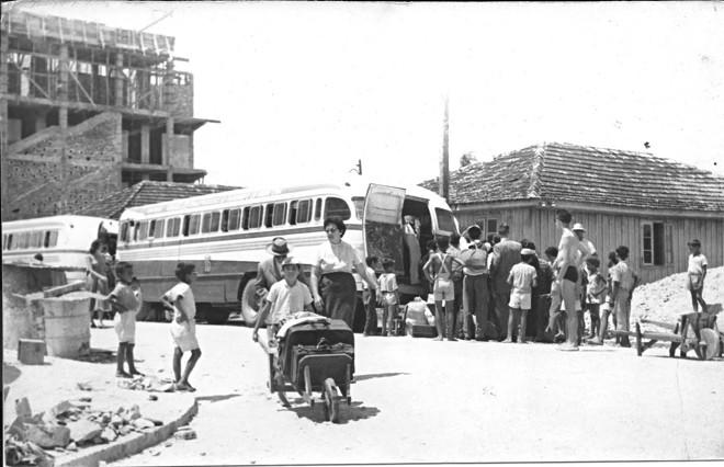 Veranistas e moradores em Matinhos da década de 1940 | Arquivo/Prefeitura de Matinhos