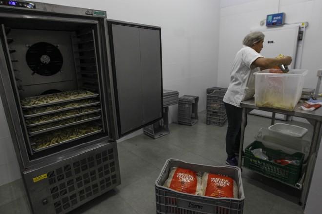 Todo esse cuidado faz com que a batata fique macia por dentro e crocante por fora.   Jonathan Campos/Gazeta do Povo