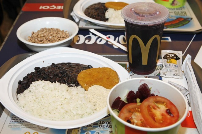 A franquia também serve arroz com feijão, acompanhado de farofa, hambúrguer, salada e fruta. | Antônio More/Gazeta do Povo