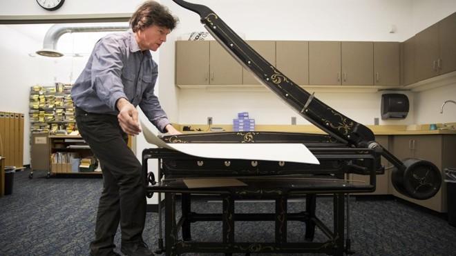 Donald Vass trabalha na recuperação de um livro em uma biblioteca do Condado de King, na região de Seattle. Ele passou os últimos 26 anos de sua vida recuperando livros em estado deplorável | Ruth Fremson/NYT