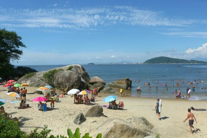 Praia Mansa nos dias atuais, ocupada pelos banhistas que aproveitam o mar sem ondas | Lineu Filho/Tribuna do Paraná
