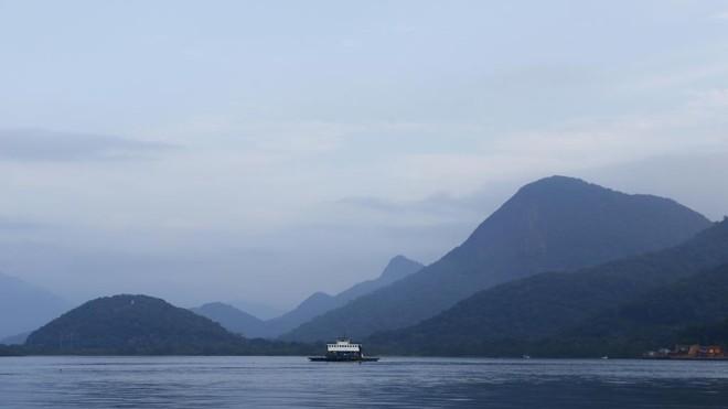 Ferryboat que liga Guaratuba a Matinhos: na alta temporada, filas quilométricas de carros são comuns. | Lineu Filho/Gazeta do Povo