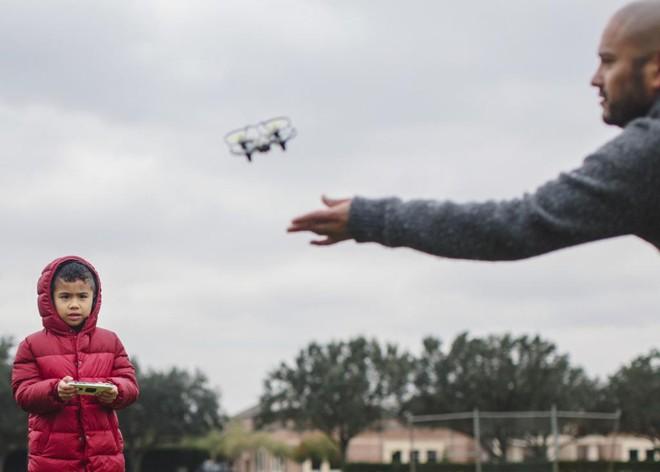 Anthony Melton e seu filho, Noah, pilotam um drone em Sugar Land, texas | BRYAN SCHUTMAAT/NYT