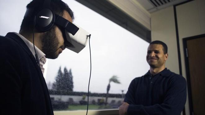 David Dicko (à esq.), diretor executivo da SkyLights, mostra o funcionamento do óculos de realidade virtual | BRIAN L. FRANK/NYT