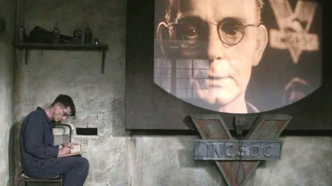 Cena do filme 1984: fatos são adequados para ficar de acordo com os interesses do governo | /Divulgação