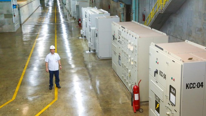 Engenheiro Ângelo Mibielli, da Itaipu, junto a equipamentos analógicos espalhados pelos corredores da Casa de Força, que passarão por atualização. | Nilton Rolin/Itaipu Binacional