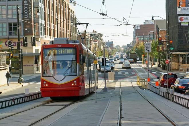 Bondinho moderno dá cara nova para as cidades. Na foto, o de Washington D.C., nos EUA, que levou uma década para ser repaginado. | mariordo59/Creative Commons/
