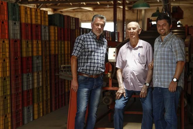 A Fazenda 1960 começou com o seu Isidoro (ao centro), o patriarca dos Dzierwa: à esquerda, um dos quatro filhos, Emílio, e à direita o neto, Alexandre.   Jonathan Campos/Gazeta do Povo
