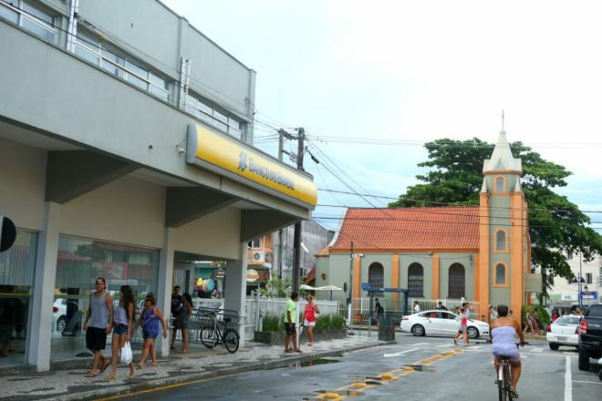 Igreja manteve seus traços da década de 1940. Região em volta dela, no entanto, pouco lembra aquela época | Lineu Filho/Tribuna do Paraná