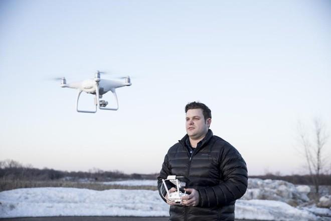 Kyle Christy voa frequentemente com os drones que usa para seu trabalho freelance de fotógrafo aéreo.Baterias são sempre um problema | TIM GRUBER/NYT