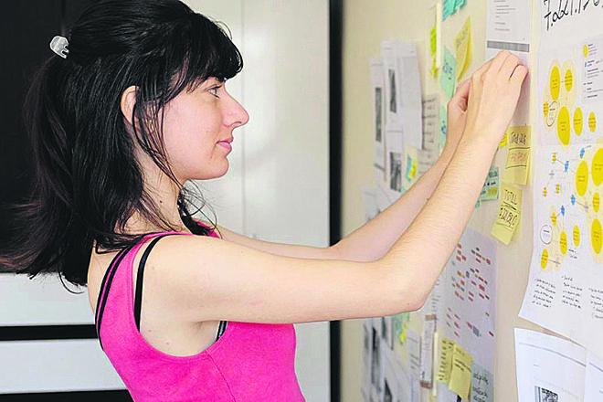 Débora Sögur Hous colou, nas paredes do apartamento em que mora os dados coletados que ajudaram a revelar uma rede envolvida no desvio de recursos públicos. | Henry Milleo/Gazeta do Povo