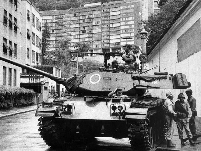 Tanque do Exército para próximo à casa do presidente deposto João Goulart, no bairro de Laranjeiras, Rio de Janeiro | Arquivo - Estadão Conteúdo - AE