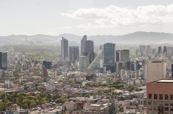 Estudo feito na Cidade do México mostra que o rodízio de carros não reduz poluição se população não aderir.  Na foto é possível ver a poluição atrás dos prédios. | Eneas De Troya/Flickr/Creative Commons/