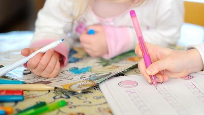 Lição de casa possibilita ao aluno desenvolver o hábito e a autonomia para o estudo. | Bigstock