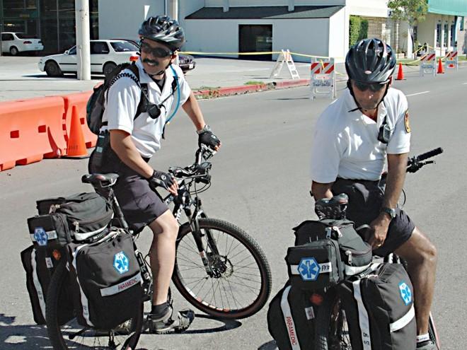 Em certas cidades, socorristas só chegam antes se for de bicicleta. Na foto, uma das equipes de paramédicos de Los Angeles, EUA. | Damon D'Amato/CC BY 2.0/ Wikimedia Commons/http://bit.ly/2kMJOSR/